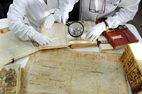 Avant d'entreprendre une restauration, le restaurateur fixe le diagnostic avant nettoyage d'un volume refermant des actes notamriaux de la ville de Rome pour l'année 1624.