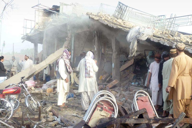 <strong>Rescapé.</strong> Un attentat suicide au camion piégé a fait quatre morts et blessé sa cible principale, le chef de la police de la province de Kandahar, considéré comme l'un des hommes les plus puissants du sud de l'Afghanistan, ont annoncé les autorités locales. Un kamikaze a fait exploser son véhicule bourré d'explosif dans la nuit de lundi à mardi près de la voiture du général Abdul Raziq, un opposant de longue date des talibans, alors qu'il circulait dans la ville de Kandahar, capitale de cette province qui est le bastion historique de la rébellion afghane. «Ses blessures sont mineures. Il sortira sous peu de l'hôpital», a assuré le bureau du gouverneur dans un communiqué.