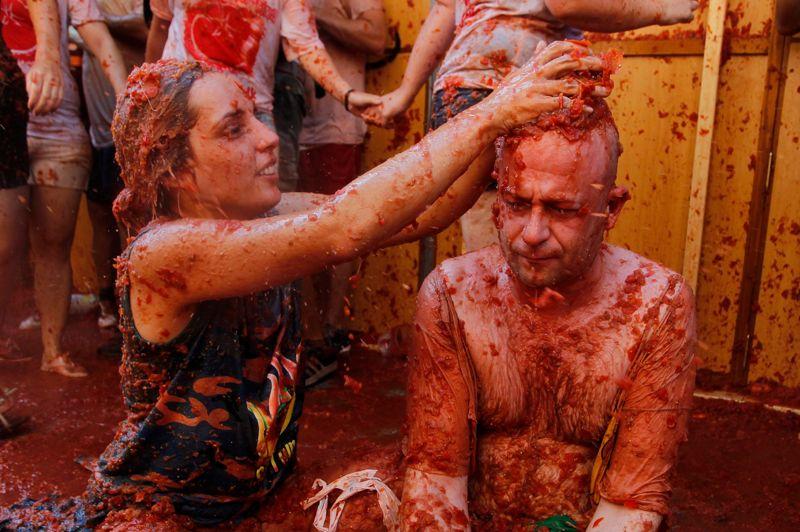 Le rouge est mis. Plus de 40.000 jeunes venus du monde entier se sont jetés mercredi matin quelque 120 tonnes de tomates à la figure dans une atmosphère de fête survoltée, pour la traditionnelle «Tomatina», dans la petite ville espagnole de Bunol, à l'est du pays. Dès les premières heures de la matinée, des dizaines de milliers de personnes, certaines équipées de masques de plongée pour se protéger les yeux de cette sauce tomate géante, se sont pressés dans le centre de la commune de 10.000 habitants, située à une quarantaine de kilomètres de Valence. «Nous avons dépassé les 40.000 participants», a expliqué le porte-parole de l'événement, Rafael Perez, assurant que «le centre de Bunol est totalement rempli».