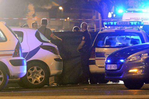 Des policiers sur la scène du 19e règlement de comptes de l'année à Marseille, dans la nuit de mercredi à jeudi.