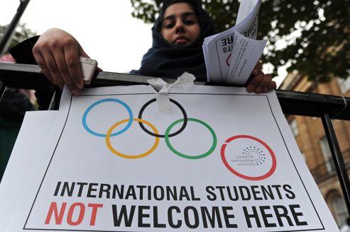 «Les étudiants étrangers ne sont pas les bienvenus ici» peut-on lire sur la banderole de cette jeune femme, jeudi à Londres, pendant une manifestations contre les mesures du gouvernement.