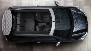 Le Cabrio propose trois couleurs de capote: noire, bleue et grise avec le monogramme DS en fond. (DR)