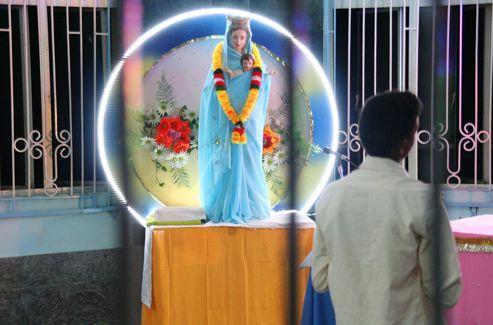 Le kitsch cher aux Indiens n'épargne pas la statuaire chrétienne, mais sans nuire à la ferveur.