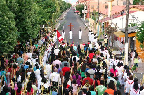 Dimanche des Rameaux en Amazonie. L'une des rares occasions où les communautés catholiques, très dispersées et clairsemées, peuvent se réunir en procession.