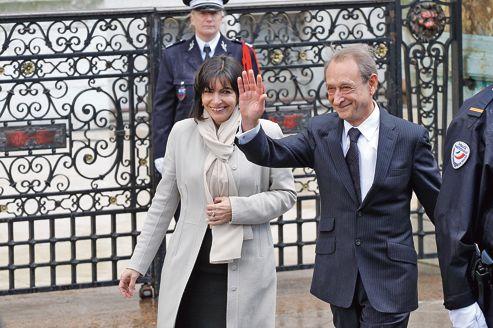 Bertrand Delanoë en compagnie d'Anne Hidalgo, le 15 mai à l'Hôtel de Ville de Paris.