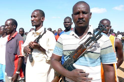 Des civils maliens enrôlés par les combattants islamistes posent , le 20 août, dans un camp à l'ouest de Douentza.