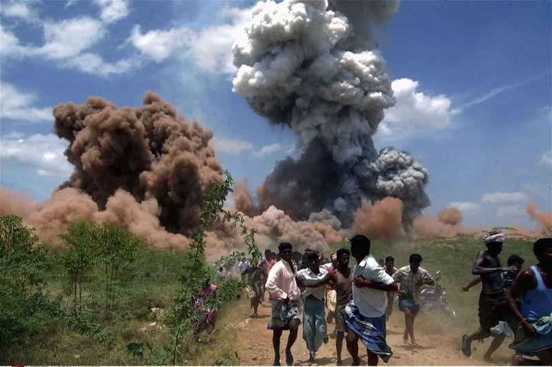 <strong>Sauve qui peut.</strong> Ils n'ont qu'un seul objectif: fuir pour rester en vie. Alors, ces ouvriers d'une usine de feux d'artifice à Sivakasi, dans l'Etat du Tamil Nadu, dans le sud de l'Inde courent sans relâche. Derrière eux, l'incendie suivi de l'explosion du bâtiment a fait au moins 33 morts et plusieurs dizaines de blessés. Les accidents sont fréquents dans cette ville, qui est aussi un centre de fabrication d'allumettes, où les normes de sécurité sont relativement laxistes. Un accident dans une usine en juillet 2005 avait fait au moins 20 morts.