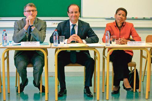 Vincent Peillon, François Hollande et George Pau-Langevin au collège Youri-Gagarine, à Trappes, lundi.