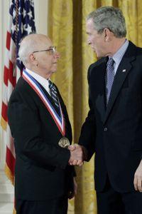 Ralph Baer après sa décoration par George W. Bush, en février 2006.