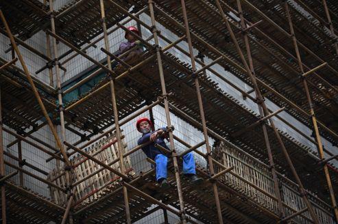 Un chantier dans le centre de Shanghaï. La Chine connaît un net ralentissement de sa croissance, le PIB ayant augmenté de seulement 7,6% au deuxième trimestre.