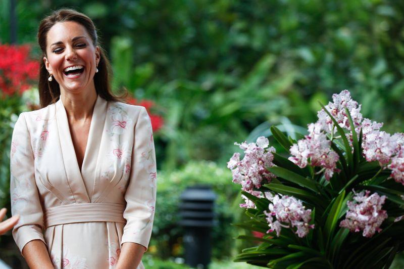 <strong>En visite.</strong> Le prince William et son épouse Catherine ont entamé, ce mardi à Singapour, une tournée majeure en Asie-Pacifique en l'honneur des 60 ans de règne d'Elizabeth II. Arrivés en début d'après-midi dans la cité-État, ancienne colonie britannique, le prince et la duchesse de Cambridge ont commencé par un hommage poignant à la princesse Diana, tandis qu'une orchidée baptisée en l'honneur de «Lady Di» leur a été présentée. Cette visite est aussi l'occasion pour le couple de parfaire son apprentissage royal, avec notamment le premier discours officiel à l'étranger de Kate, qui aura lieu en dans un établissement de soins palliatifs en Malaisie d'ici samedi.