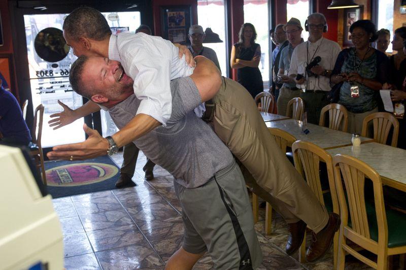 <strong>Étreinte.</strong> Qu'on se le dise: Barack Obama est proche de ses électeurs. Très proche même, comme il l'a montré lors d'une visite à Fort Pierce, en Floride. C'est ce patron d'une pizzeria dans cette ville de 38.000 habitants, qui en a apporté une nouvelle démonstration. Cet électeur républicain qui a voté pour Barack Obama en 2008, envisage bien de faire de même pour 2012. Et il sait le montrer: devant les caméras et appareils photo, il a soulevé de terre le président sous l'oeil amusé de l'assistance. «Ce type a tout simplement un grand coeur, et de gros pectoraux», a constaté le chef de l'Etat.