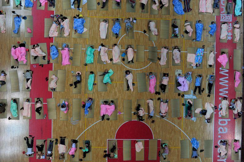 <strong>Rentrée en masse</strong>. Ce dimanche, afin d'accompagner leurs progénitures, étudiants en première année, pour leur premier jour à la faculté le lendemain, plus de 300 parents ont dormi sur des nattes installées sur le sol du gymnase du campus de l'université de Wuhan, dans la province du Hubei.
