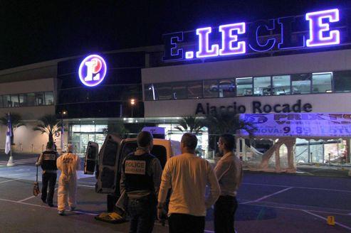 Des officiers de la police scientifique et technique recherchent des indices après l'attentat qui a visé l'entrée du supermarché Leclerc, dans la nuit de dimanche à lundi, à Ajaccio.