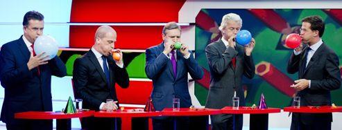 Candidats des cinq principaux partis en lice pour les élections législatives (de gauche à droite), Emile Roemer (extrême gauche), Diederik Samsom (parti travailliste), Sybrand van Haersma Buma (Parti chrétien démocrate), Geert Wilders( Parti de la liberté) et Mark Rutte (parti libéral) participent à un jeu télévisé de gonflage de ballons à leur couleur, le 7septembre, à Hilversum.
