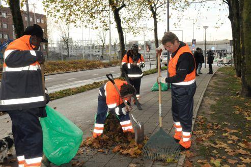 À Rotterdam, les nouveaux chômeurs doivent travailler gratuitement pour la commune à entretenir la voie publique un jour par semaine s'ils ne veulent pas perdre leurs droits.