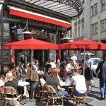 Le Café Charlot bénéficie d'une grande terrasse exposée plein sud.