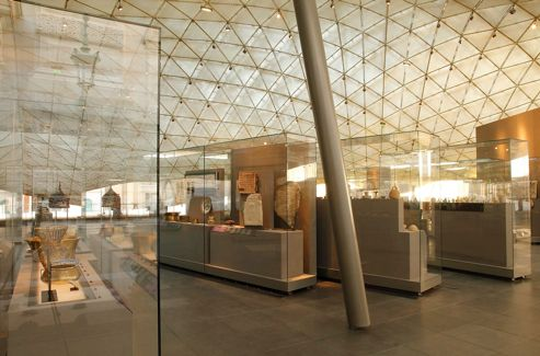 Vue intérieure de la verrière et des vitrines du rez-de-cour, qui abritent les oeuvres de la période allant du VIIe au XIe siècle.