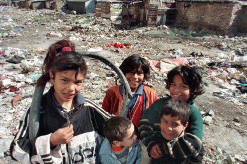 Un groupe d'enfants roms joue sur un terrain vague de Stolipinovo, un quartier de Plovdiv (Bulgarie) en 2000.