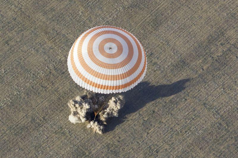 <strong>Réussi.</strong> Trois astronautes de la Station spatiale internationale ont atterri tôt lundi matin dans les steppes du Kazakhstan. L'Américain Joe Acaba et les Russes Guennadi Padalka et Sergeï Revine sont revenus sur terre à bord d'un vaisseau Soyouz suspendu à un large parachute blanc et rouge. Les trois hommes, qui ont passé 123 jours dans la plateforme qui tourne en orbite à 385 km de la Terre, ont immédiatement été pris en charge par des médecins. Trois autres astronautes - le Russe Iouri Malentchenko, l'Américaine Sunita Williams et le Japonais Akihiko Hoshide -sont restés à bord.