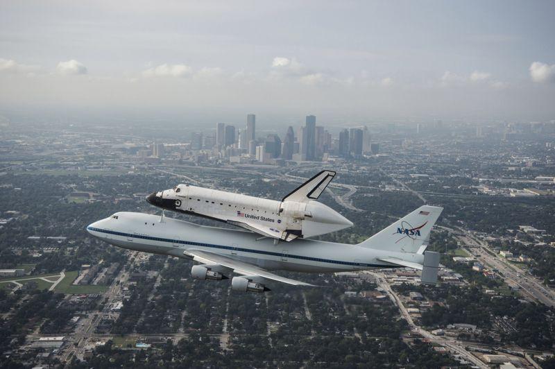 <strong>Dernier envol. </strong>Accrochée à un Boeing 747, la navette spatiale Endeavour a décollé de Floride mercredi pour la dernière fois afin de se rendre en Californie où l'attend sa nouvelle vie, celle de pièce de musée. Après deux jours d'attente, le temps pour la météo de redevenir favorable, l'avion spécialement modifié pour l'occasion a quitté le centre spatial Kennedy de Cap Canaveral peu après l'aube, première étape d'un voyage de trois jours en direction de la côte ouest des Etats-Unis. Endeavour avait été construite afin de remplacer Challenger, détruite en 1986 au cours d'un accident au décollage qui a coûté la vie aux sept astronautes de son équipage. Elle a effectué 25 vols, dont 12 pour construire et équiper la station spatiale internationale (ISS). Elle va maintenant être exposée au Centre spatial de Californie et devrait être ouverte aux visiteurs à partir du 30 octobre.