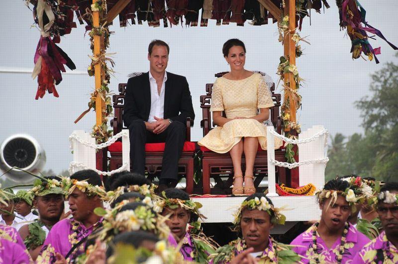 <strong>Condamné.</strong> La justice a tranché. La diffusion des photos de Kate Middleton dénudée, dévoilées par un magazine people, est interdite, tout comme toute nouvelle cession des clichés. Le tribunal de Nanterre a ordonné ce mardi leur restitution «dans les 24 heures» à la famille royale britannique. Saisie en urgence par le prince William et son épouse, la juridiction des référés a interdit à l'éditeur Mondadori «de céder ou diffuser par tout moyen, sur tout support, auprès de quiconque et de quelque manière que ce soit, notamment sur des tablettes numériques», les photographies. Cependant, malgré la polémique, le couple princier poursuit imperturbablement sa tournée en Asie. Près de la moitié des 10.500 habitants de Tuvalu, pays membre du Commonwealth dont le chef d'Etat est la reine Elizabeth, s'étaient ainsi rassemblés ce mardi dans la capitale Funafuti pour voir leur arrivée.
