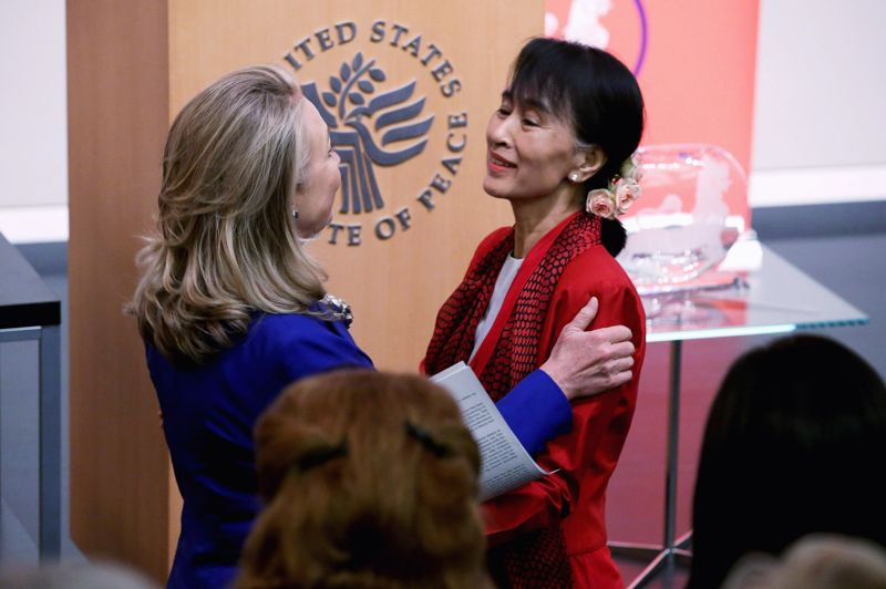 <strong>En visite.</strong> Aung San Suu Kyi, symbole de l'opposition birmane et prix Nobel de la paix, a entamé mardi sa visite historique de deux semaines aux Etats-Unis par une rencontre avec la secrétaire américaine d'Etat Hillary Clinton, nouvelle étape dans la normalisation des relations entre les deux pays. Lors d'un discours prononcé à l'Institut de la Paix de Washington, elle a déclaré que les réformes à l'oeuvre en Birmanie n'avaient levé qu'un «premier obstacle», tout en se disant favorable à un allègement des sanctions imposées par les Etats-Unis. «Nous avons franchi le premier obstacle, mais il y en a beaucoup d'autres à franchir», a-t-elle dit. Ce mercredi, le président des Etats-Unis Barack Obama recevra pour la première fois l'opposante historique birmane et devrait lui remettre en mains propre la médaille d'or du Congrès, une récompense prestigieuse qui lui avait été décernée en 2008.