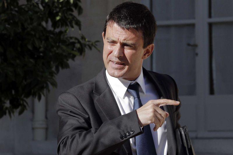 <strong>Fermeté.</strong> Le ministre de l'Intérieur Manuel Valls a reçu mercredi à la mi-journée les représentants français du culte musulman, en pleine tempête après la publication de caricatures de Mahomet par Charlie Hebdo. A l'issue de cette réunion place Beauvau, il a réaffirmé que «la liberté d'expression est un droit fondamental et la liberté de caricature fait partie de ce droit fondamental», expliquant que «les tribunaux sont là pour être saisis par ceux qui se considéreraient comme attaqués, offensés». «Toute manifestation qui vise à troubler l'ordre public, à provoquer, à attiser les esprits, à semer la haine, ne sera pas autorisée. Et j'ai donné consigne à l'ensemble des préfets pour que ces interdictions se traduisent concrètement», a poursuivi le ministre.