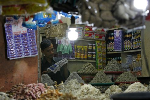Un vendeur de poisson salé sur un marché de Jakarta, la capitale de l'Indonésie.