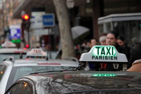 Secoués par l'offensive des voitures en libre-service, motos et vélos taxis ou encore des véhicules avec chauffeur, les taxis parisiens contre-attaquent. Crédit photo: François BOUCHON / Le Figaro.