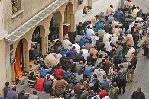 Prière en milieu de journée à la mosquée Omar, rue Jean-Pierre-Timbaud, à Paris, en janvier 2012. Cet établissement est réputé pour être un lieu de rassemblement de nombreux intégristes.