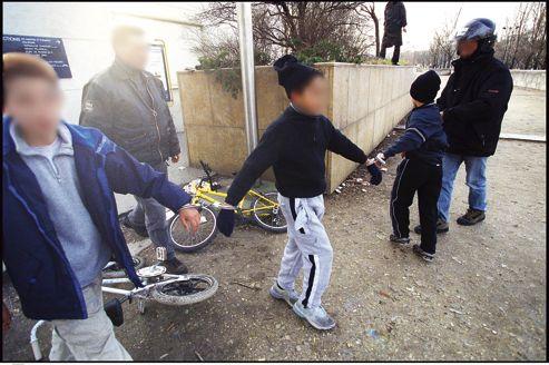 Trois enfants sont interpellés après avoir volé un portable, près du pont de l'Alma, à Paris.