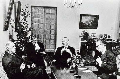 Son discours à la jeunesse est l'acte fondateur de la réconciliation franco-allemande scellée par de Gaulle et son ami le chancelier Konrad Adenauer (au centre).