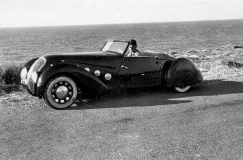 L'auteur n'a pas toujours roulé en Aston Martin. Il est ici au volant d'une Peugeot Darlmat, en 1950.