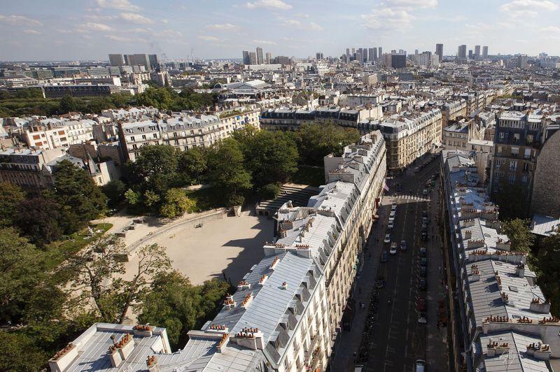 <strong>LES ARÈNES DE LUTÈCE</strong><br/>On remarque leur inscription dans le Paris d'aujourd'hui. Entourées d'immeubles, elles offrent un excellent terrain de jeux pour les footballeurs en herbe et les amateurs de pétanque. Classées monument historique, elles se visitent tous les jours.