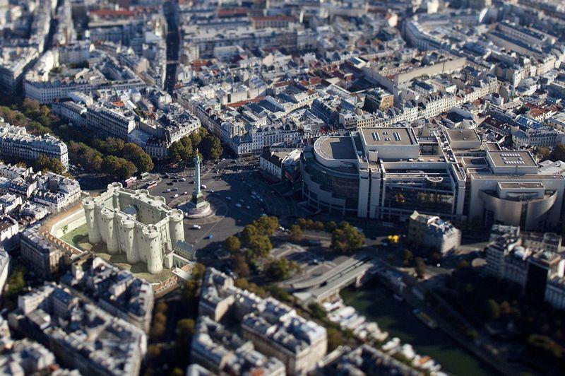 <strong>LA BASTILLE</strong><br/><br/>Intégré dans le Paris actuel, le fort tant redouté se distingue par sa faible superficie: il ne mesurait que 34 m de large pour 66 m de longueur et 24 m de hauteur.