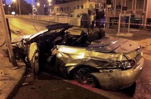 Le Mercedes cabriolet dans lequel une jeune femme a trouvé la mort après la collision avec une voiture de police.