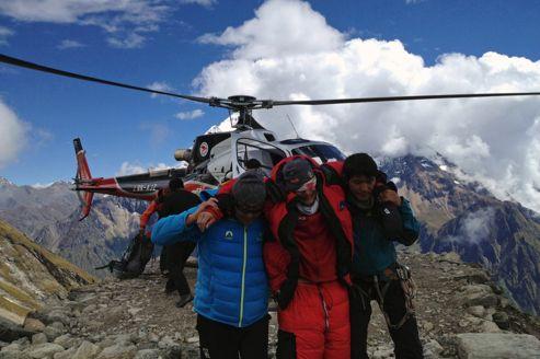 Un alpiniste blessé secouru dimanche après l'avalanche survenue sur le Manaslu.