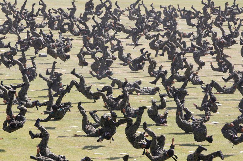 <strong>Roulé-boulé.</strong> Comme un seul homme, ces militaires sud-coréens ont démontré une nouvelle fois leur aptitude au combat et leur sens de la synchronisation à la veille des grandes cérémonies militaires du «Jour anniversaire des forces armées». Une belle mise en scène qui s'est déroulée sans faire de blessés dans le camp militaire de Gyeryong, au sud de Séoul, la capitale du pays.