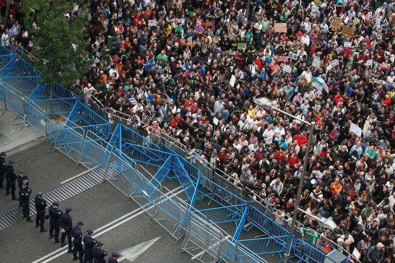 <strong>«Sauver la démocratie».</strong> A l'initiative du mouvement des Indignés («Occupons l'Assemblée»), des milliers de personnes se sont rassemblées en chaîne humaine dans la soirée sur la place Neptune à Madrid, près du Parlement espagnol, pour dénoncer les mesures d'austérité prévues par le gouvernement dans son budget 2013. D'abord pacifique la manifestation a dégénéré vers 22 heures alors que les députés venaient de quitter le Parlement. Une centaine de manifestants restés mobilisés ont en effet soulevé des barrières et se sont heurtés aux forces de police qui ont répondu par des tirs de balles en caoutchouc et des interpellations musclées. Un premier bilan fourni par les autorités espagnoles a fait état de 26 personnes interpellées, 60 autres blessées dont 27 policiers.