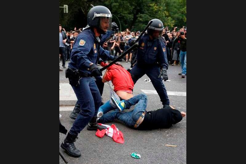 La télévision espagnole a diffusé des images où l'on voit des policiers matraquer des manifestants. Les forces anti-émeutes auraient ensuite tiré des balles en caoutchouc pour tenter de disperser la foule en début de soirée, selon des journalistes présents sur place.