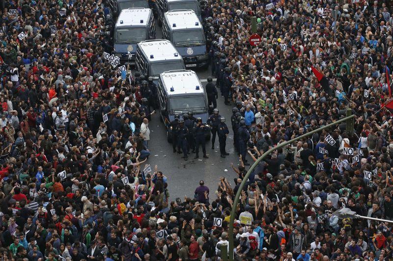 Plusieurs milliers d'indignés espagnols manifestaient mardi soir autour du Congrès des députés à Madrid contre les mesures d'austérité que doit annoncer cette semaine le gouvernement de Mariano Rajoy dans le cadre du budget 2013. Plusieurs organisations et mouvements d'indignés avaient convoqué cette manifestation via les réseaux sociaux. Des heurts ont finalement éclaté avec les policiers. Au moins un manifestant a été blessé et trois interpellés.