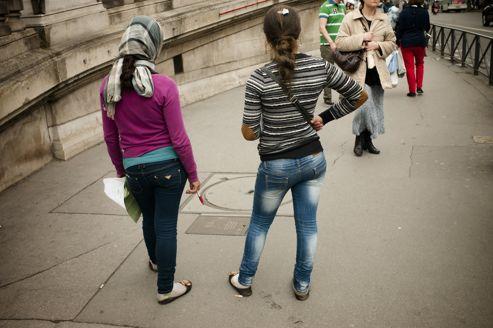 Des jeunes filles roms se livrent à la mendicité, place de l'Opéra.