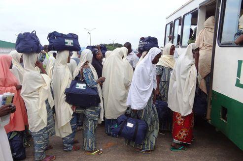 Des Nigérianes montent dans un bus après leur arrivée à Médine, mercredi.