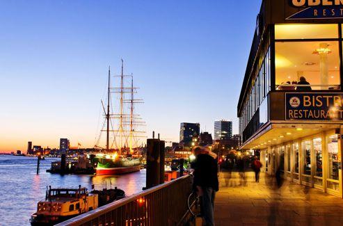 Les quais du port de Hambourg à l'heure du coucher.
