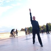 Paul-André Fortier danse au Trocadéro