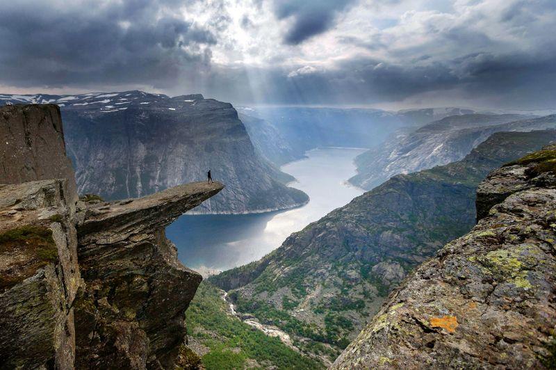 <strong>Sur la «langue du Troll». </strong>Cette randonneuse allemande aura eu la chance de faire partie de ces rares personnes qui ont été au bout du monde. Un pas de plus et c'est le grand saut dans les pierriers du fjord de Trolltunga, sur la «langue du Troll», à Skjeggedal, dans le sud de la Norvège. Face à elle, le vide et l'un des plus beaux paysages qui soient. Un panorama à couper le souffle qu'elle n'oubliera jamais. Elle rêvait sans doute d'exploits et d'aventures. De parcourir ces ravins vertigineux et ces pentes périlleuses qui conduisent à la quête de soi-même. C'est aujourd'hui chose faite. Dans ce décor de commencement du monde, elle savoure le sentiment «d'être là» et d'exister, tout simplement. Difficile, ensuite, de retourner vers la civilisation.