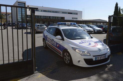 Une voiture sort de l'enceinte de la brigade anti-criminalité du nord de Marseille.