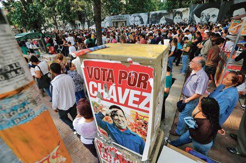 Une longue file d'attente s'est formée, dimanche, à proximité d'un des bureaux de vote de Caracas