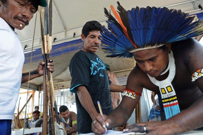 <strong>Signée</strong>. Les protestations se poursuivent au Brésil. Et les pêcheurs d'Altamira continuent à signer des pétitions pour essayer de paralyser la construction du barrage de Belo Monte sur le rio Xingu, au cœur de la forêt amazonienne. Le chantier, commencé en janvier 2012, avait été suspendu en août dernier, avant d'être finalement validée par la Cour suprême du Brésil. Selon de nombreux experts, la construction de ce barrage est une véritable catastrophe pour la population indienne qui sera expulsée, car il implique la création d'un lac artificiel qui engloutira des terres. Les Indiens tirent leur subsistance, leur alimentation et leur pharmacopée uniquement de la forêt, qui, bientôt n'existera plus si ce projet voit le jour. Au total ce sont entre 20.000 à 40.000 indiens qui seront contraints d'ici 2015 de quitter leur habitat